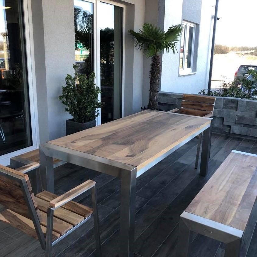 Rozsdamentes kerti asztal diófa asztallappal